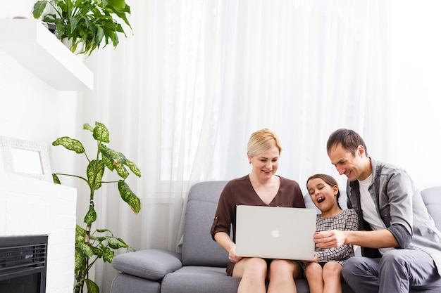 Famille heureuse dans une visioconférence à la maison