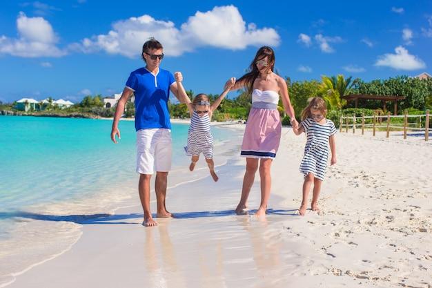 Famille heureuse avec deux enfants en vacances d'été