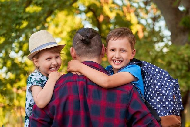 Famille heureuse du père et des enfants