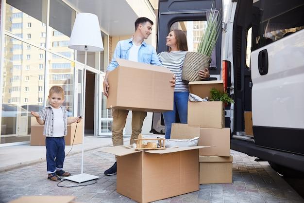 Famille heureuse, emménager