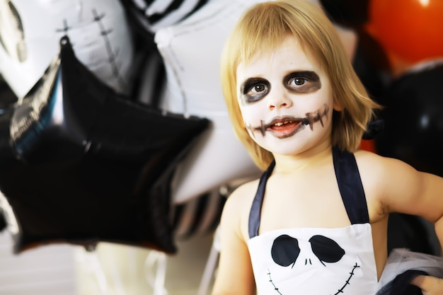 Famille heureuse avec des enfants en costumes et maquillage à l'occasion de la célébration d'halloween