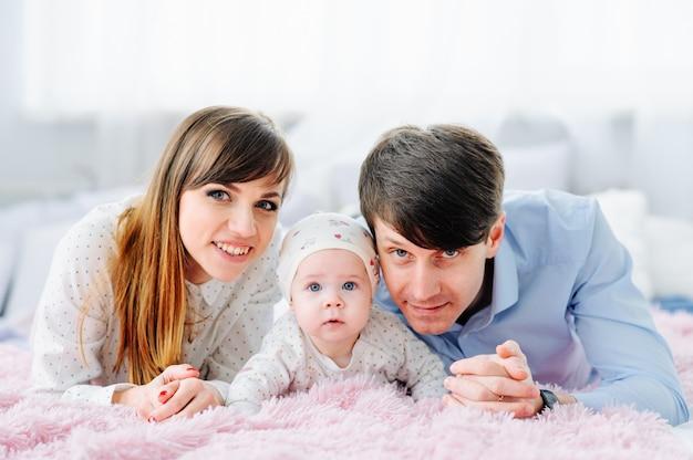 Famille heureuse avec enfants dans la chambre