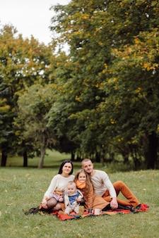 Famille heureuse avec enfants dans le parc