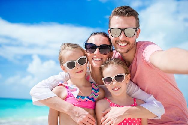 Famille heureuse avec enfants marcher sur la plage