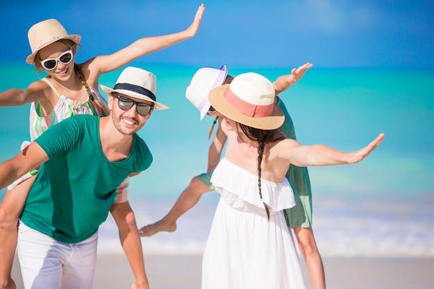 Famille heureuse avec enfants sur la plage