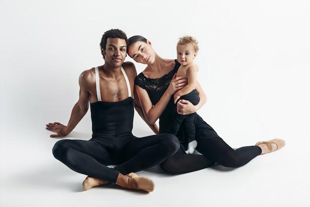 Une famille heureuse sur un espace blanc