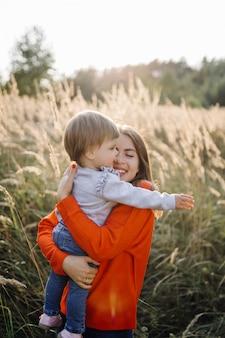 Famille heureuse à l'extérieur passer du temps ensemble