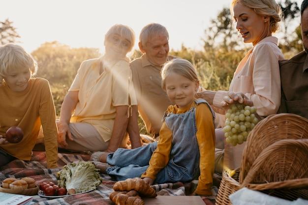Famille heureuse à l'extérieur se bouchent