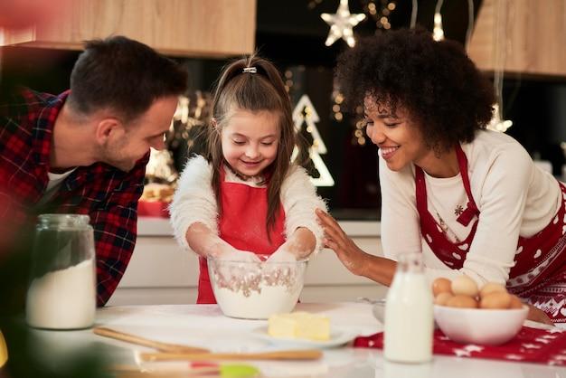 Famille heureuse de faire un biscuit