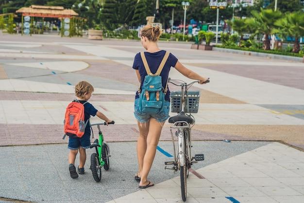 Une famille heureuse fait du vélo à l'extérieur et souriant