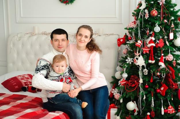 Famille heureuse fête ensemble le réveillon du nouvel an