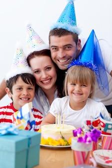 Famille heureuse fête son anniversaire