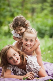 Famille heureuse sur l'herbe verte dans le jardin