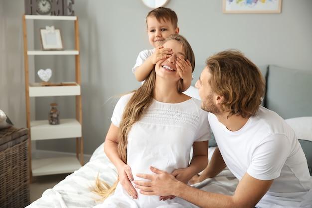Famille heureuse jouant à la maison