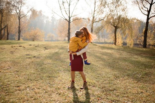 Une famille heureuse joue dans la nature.