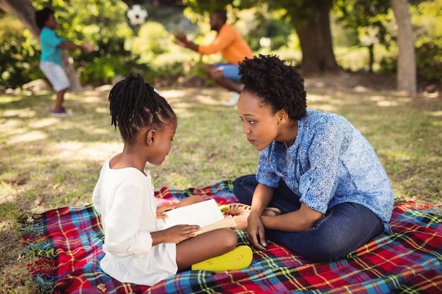 Famille heureuse, lecture ensemble