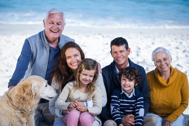 Famille heureuse avec leur chien à la plage