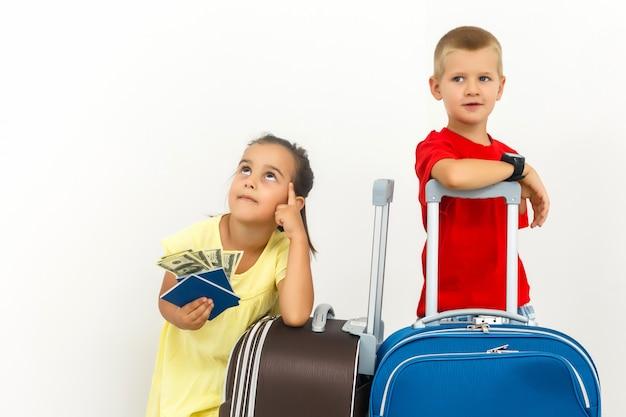 Une famille heureuse avec leurs valises sur un blanc