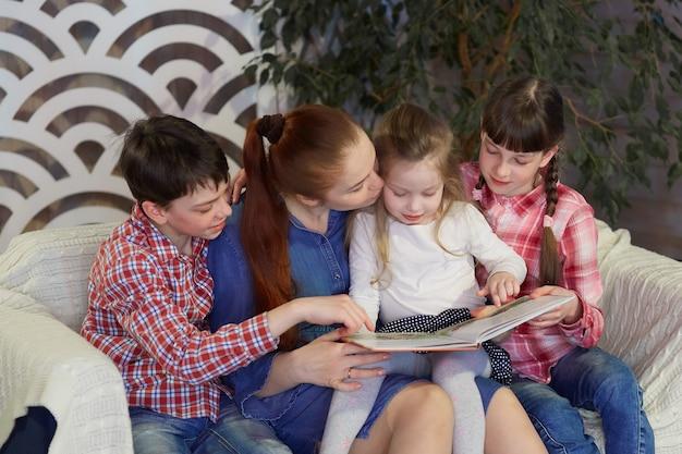 Une famille heureuse lit des livres à la maison. temps libre en famille