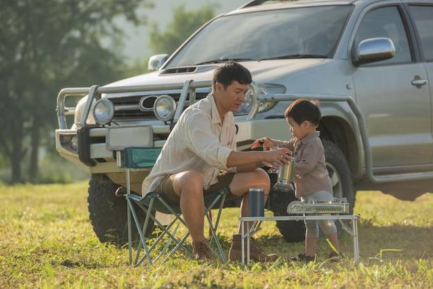 Famille heureuse lors d'un voyage de camping détente dans la forêt d'automne. voyage en plein air à l'automne.