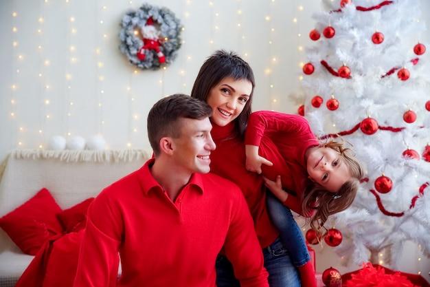 Famille heureuse ludique fête noël
