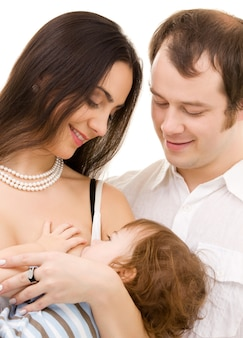 Famille heureuse lumineuse sur blanc. concept d'allaitement