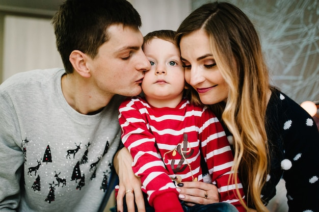 Famille heureuse! maman heureuse, papa embrasse petit fils