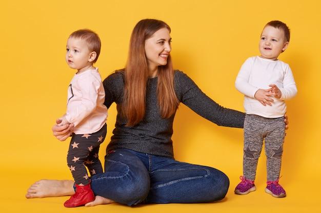 Famille heureuse, maman avec ses charmantes et mignonnes filles jumelles