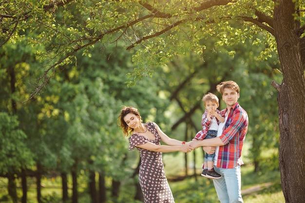 Famille heureuse sur la nature