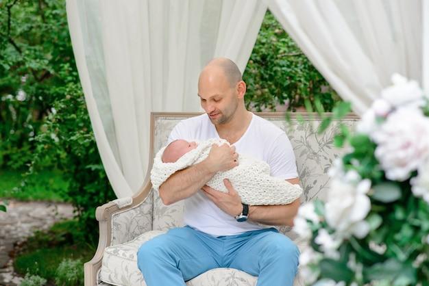 Famille heureuse avec le nouveau-né