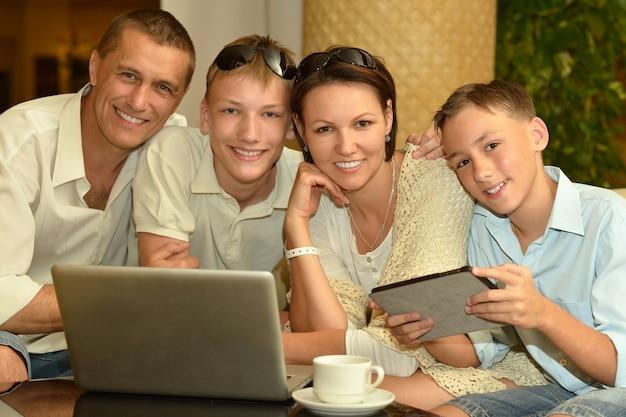 Famille heureuse avec ordinateur portable à la table