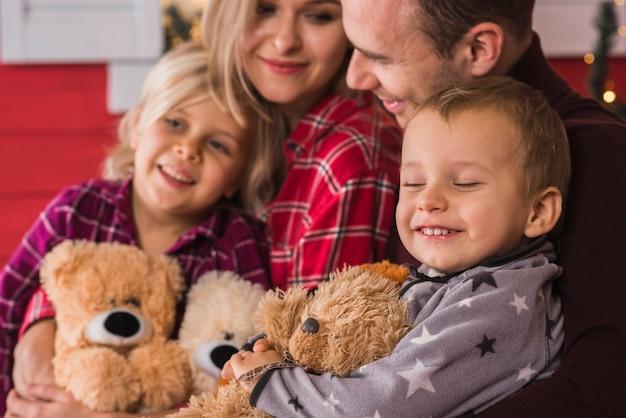 Famille heureuse avec des ours en peluche