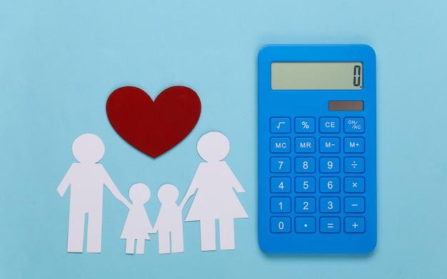 Famille heureuse de papier avec calculatrice sur bleu. calcul des dépenses familiales, budget