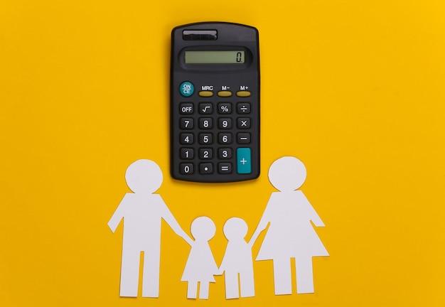 Famille heureuse de papier avec calculatrice sur jaune. calcul des dépenses familiales, budget