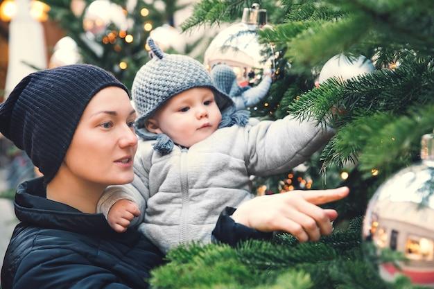 Une famille heureuse passe du temps lors des vacances de noël et du nouvel an dans la vieille ville de salzbourg en autriche