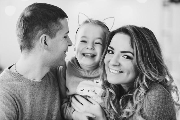 Famille heureuse avec une petite fille. noël