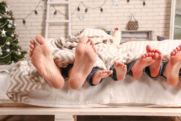 Une famille heureuse de pieds mignons