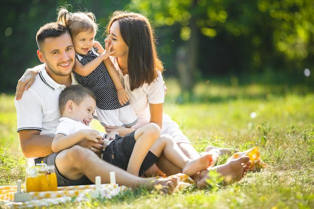 Famille heureuse en pique-nique