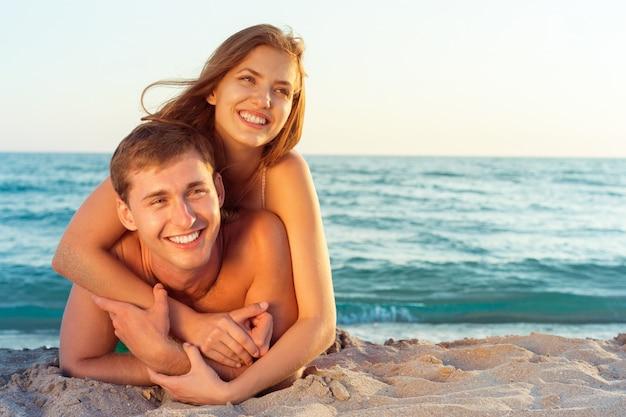 Famille heureuse sur la plage