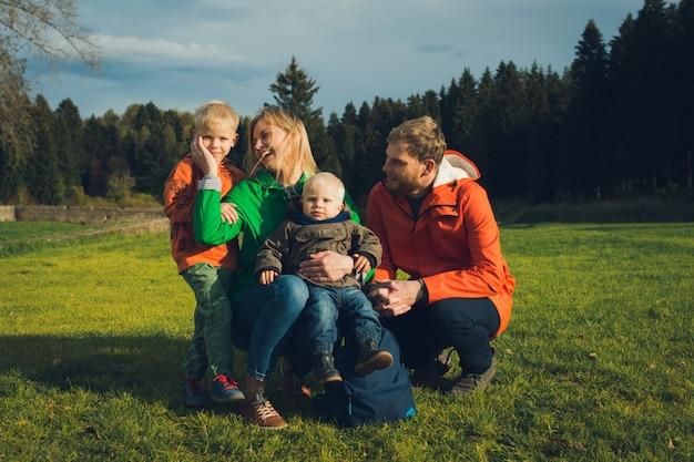Famille heureuse en plein air, la mère touche son fils avec amour