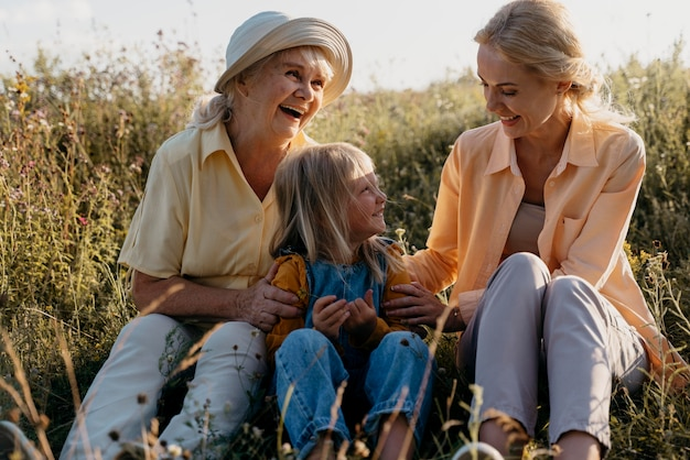 Famille heureuse de plein coup à l'extérieur