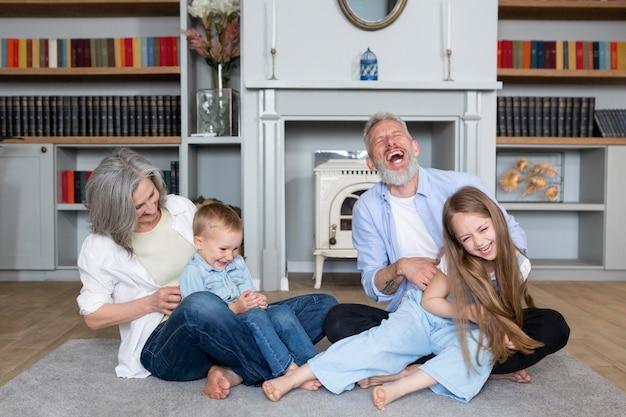 Famille heureuse plein coup sur tapis