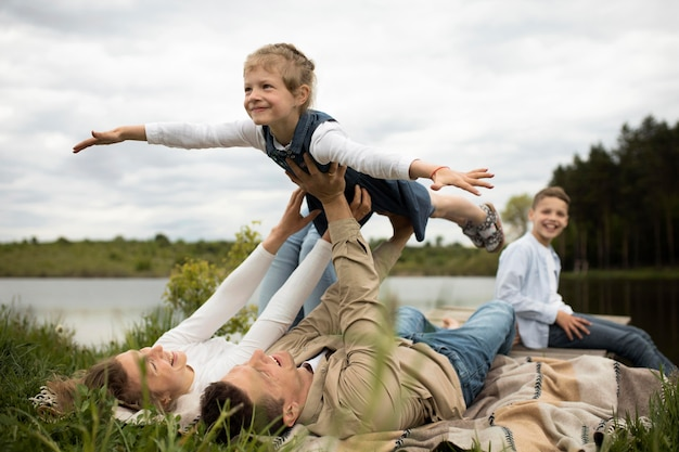 Famille heureuse en pleine nature