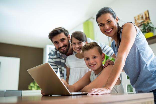 Famille heureuse, portable utilisation, dans, les, salle de séjour