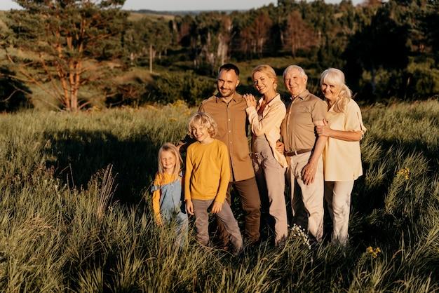Famille heureuse posant ensemble plein coup