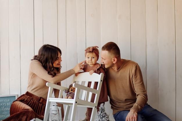 Une famille heureuse posant