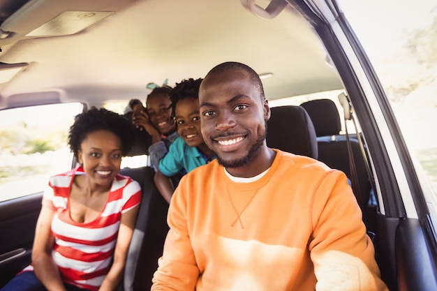 Famille heureuse, poser ensemble