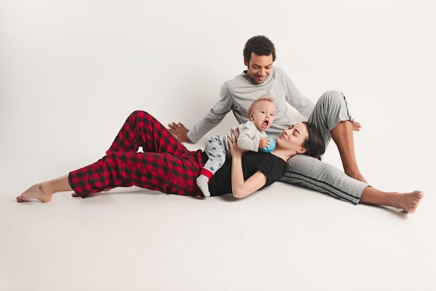 Famille heureuse, poser