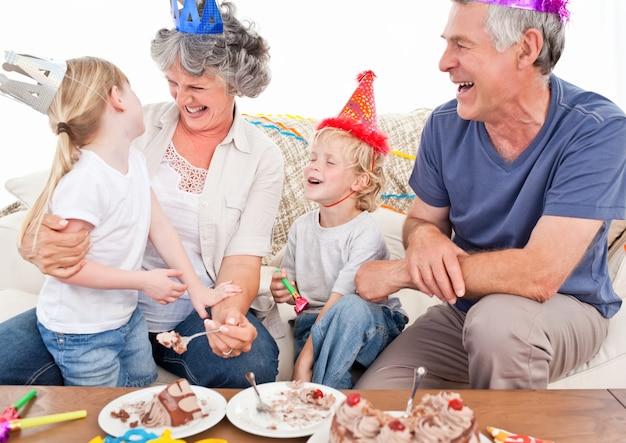 Famille heureuse pour un anniversaire