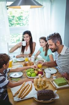 Famille heureuse, prenant son petit déjeuner ensemble
